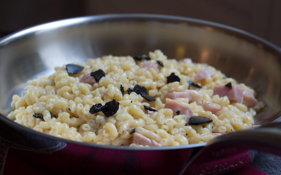 Coquillettes au jambon, comté et truffe noire