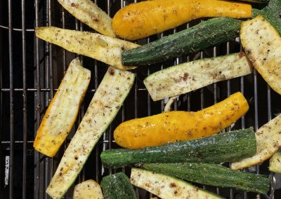Courgettes marinées au citron et cuites au barbecue